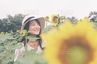 彼女と花と。の写真・画像素材[3580400]
