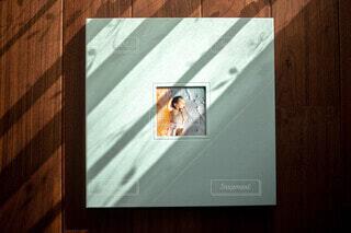 テーブルの上のチラシの積み重ねの写真・画像素材[3831945]