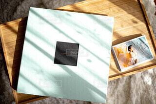 木製のテーブルの上に座っている本の写真・画像素材[3831946]