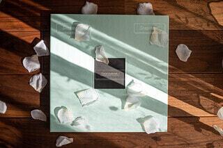 テーブルの上のチラシの積み重ねの写真・画像素材[3831948]