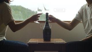女性,男性,家族,2人,ワイン,ボトル,グラス,ホテル,泡,記念日,乾杯,ドリンク,長野,シャンパン,アルコール,スパークリングワイン,アニバーサリー