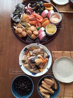 木製のテーブル、板の上に食べ物のプレートをトッピングの写真・画像素材[1752864]