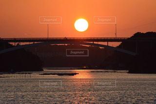水の体の上の橋 - No.963219
