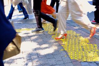 歩道を歩いている人のグループの写真・画像素材[1832896]