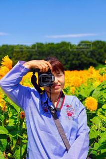 黄色の花を身に着けている男の写真・画像素材[1841051]