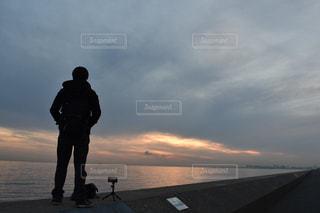 日没の前に立っている男の写真・画像素材[1829515]