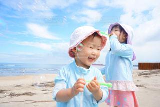 浜辺に立つ小さな女の子の写真・画像素材[2335699]