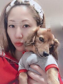 犬と一緒に写真を撮る小さな女の子の写真・画像素材[2739663]