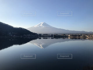 冬の逆さ富士の写真・画像素材[1794334]