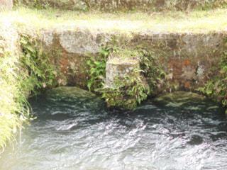 川の上の大きな滝の写真・画像素材[2095124]