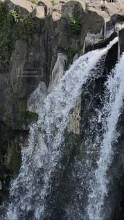 いくつかの水の上に大きな滝の写真・画像素材[2111928]