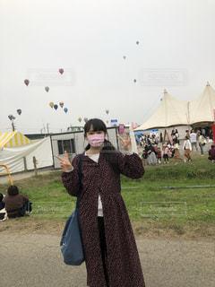 テントの前に立つ人々のグループの写真・画像素材[2687183]
