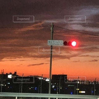 夕日の前の信号の写真・画像素材[2745034]