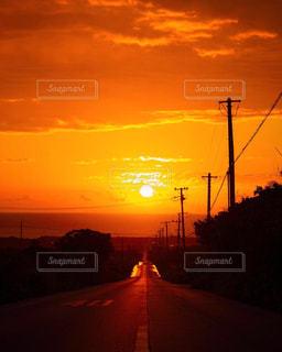 ニライカナイの先に朝日が昇った瞬間の写真・画像素材[1860318]