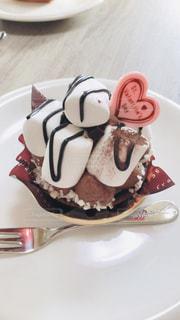 皿にチョコレート ケーキの写真・画像素材[1776543]