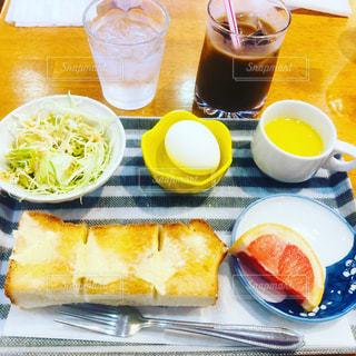 食品とオレンジ ジュースのガラスのプレートの写真・画像素材[1852393]