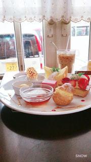 テーブルの上に食べ物のプレートの写真・画像素材[1882565]