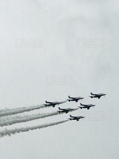 空を飛んでいるジェット戦闘機のグループの写真・画像素材[1884171]