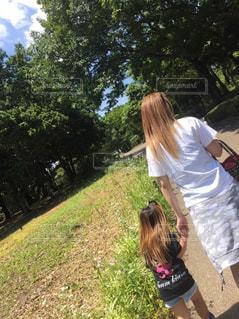 自然,公園,ロングヘア,屋外,親子,女の子,少女,草,オシャレ,髪の毛,ヘアカラー,ミルクティー色,人人物
