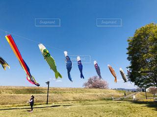 野原で凧を飛ばす人々のグループの写真・画像素材[2091510]
