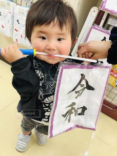 テーブルの上に座っている小さな子供の写真・画像素材[2106937]