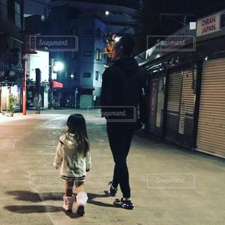 夜,屋外,親子,後ろ姿,散歩,人物,人,夜道,幼児,後ろ姿フォト