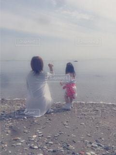 風景,海,親子,後ろ姿,砂浜,曇り,水面,景色,女の子,人物,人,幼児,日中,後ろ姿フォト