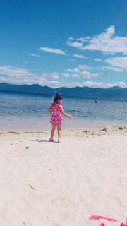 ビーチで凧を飛ばす若い女の子の写真・画像素材[2134468]