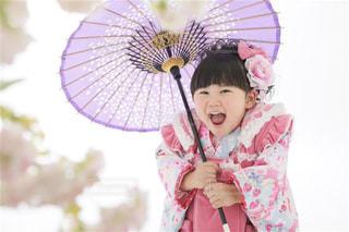 ピンクの傘を持っている小さな女の子の写真・画像素材[2137723]