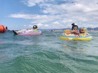 水の中のボートの後ろに乗っている人々のグループの写真・画像素材[2142226]