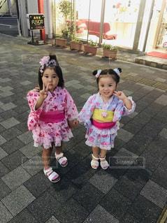 テディベアを抱いている小さな女の子の写真・画像素材[2142234]