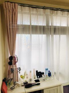 シャワーカーテンの横に座っている白い流しの写真・画像素材[2179436]