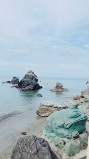岩のビーチにいる人々のグループの写真・画像素材[2207042]