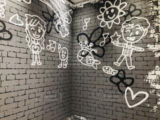落書きで覆われた壁の写真・画像素材[2232826]