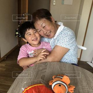 テーブルの上に座っている小さな女の子の写真・画像素材[2435509]