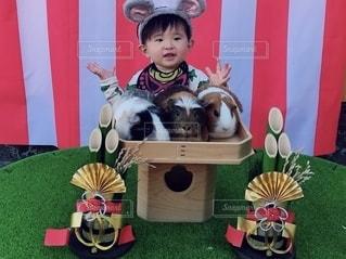 おもちゃを持っている小さな子供の写真・画像素材[2794021]