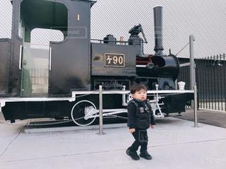 トラックの前に立っている人の写真・画像素材[2852196]