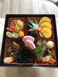 異なる種類の食べ物で満たされた箱の写真・画像素材[2872000]