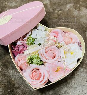 テーブルにピンクの花が咲いた皿の写真・画像素材[4402172]
