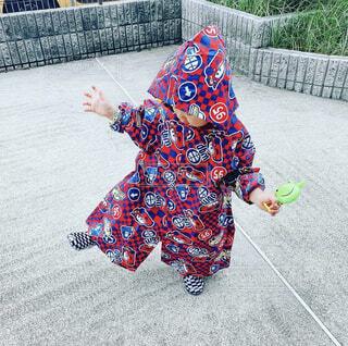 歩道を歩いている小さな女の子の写真・画像素材[4561766]