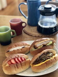 週末の朝は、ゆっくりコーヒーを淹れて、時間をかけて朝ごはんをいただきます♡の写真・画像素材[1851852]