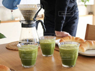 コーヒーと野菜ジュースの写真・画像素材[1867635]