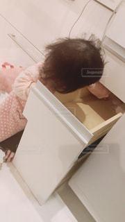 冷蔵庫の前に立っている人の写真・画像素材[1805465]