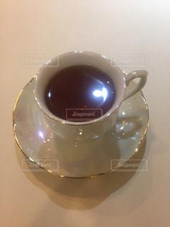 テーブルの上でコーヒーを一杯飲むの写真・画像素材[2292195]