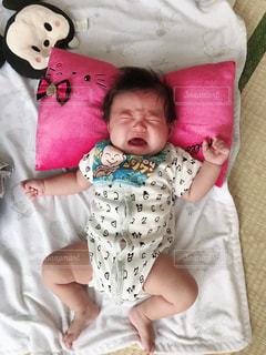 ベッドの上で横になっている女の赤ちゃんの写真・画像素材[1788646]