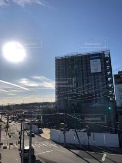 空,建物,屋外,太陽,光,高層ビル,駅前,クラウド,午前,丸屋