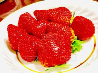 皿に赤と白のケーキの写真・画像素材[1766932]