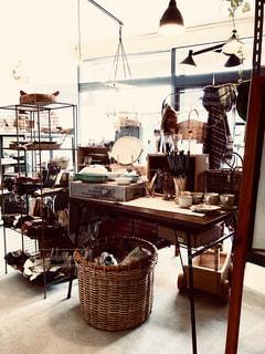 部屋の家具やテーブルでいっぱいの写真・画像素材[1795961]