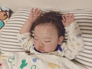 ベッドの上で横になってる赤ちゃんの写真・画像素材[2082219]