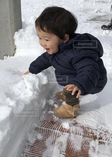 雪の中で立っている少年の写真・画像素材[1767625]